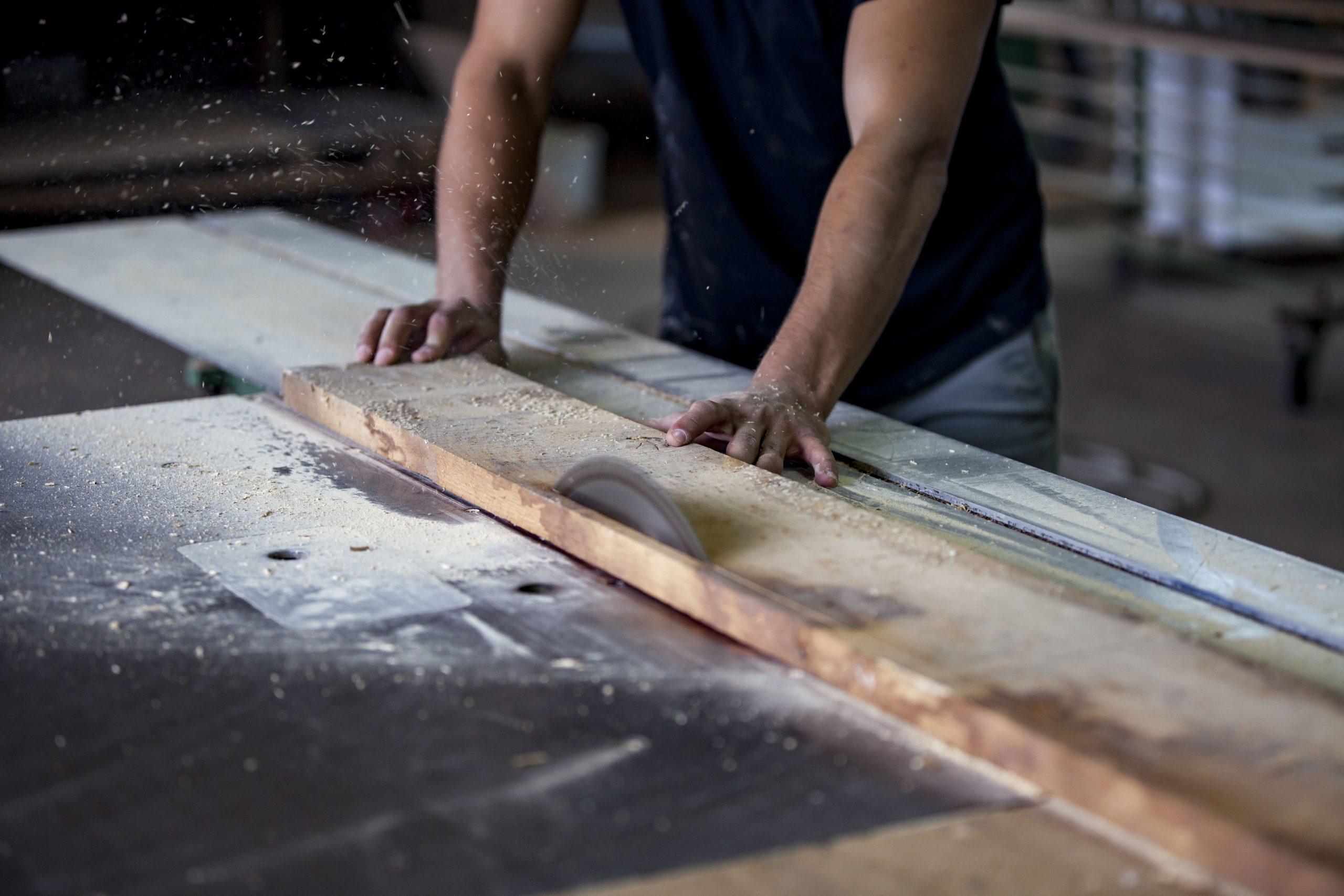 Atelier Auneau - Détail de sciage à l'atelier